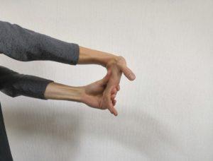 手の屈筋ストレッチ1