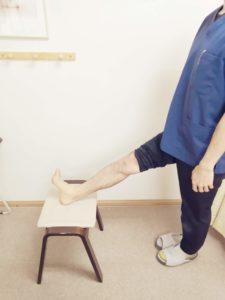 膝を椅子に乗せる